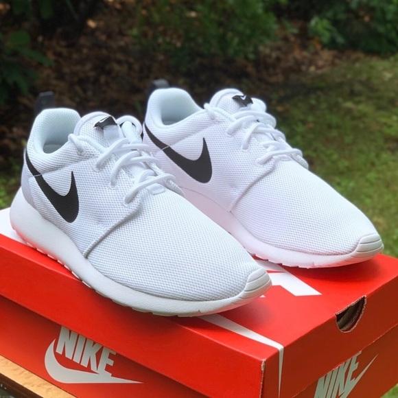 cheap for discount 49fbb 290e7 NWT Nike Roshe One White Black Women's Sneakers NWT